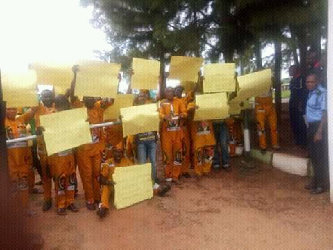 Apga Dunukofia protested at Anambra state Assembly complex, Gov house and state party office against inhuman treatment being mated out to the party officials.