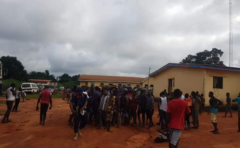 Breaking News :Awkuzu Youths Clashes With Nigeria Police Force (FSARS)  Over The Deaths Of Their Members
