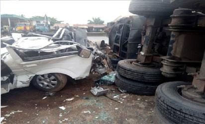 Truck killed 14 People  in Ilesha-Akure Expressway Policecheckpoint